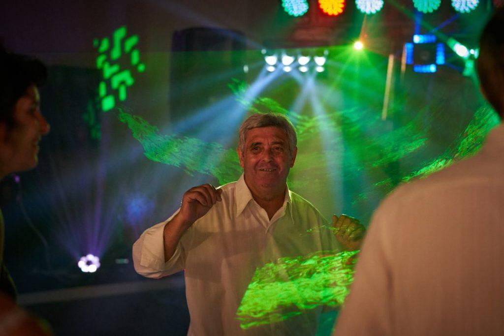 Un homme danse dans une ambiance lumineuse